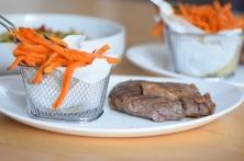 Steak mit Salat und Ofenpommes (14)