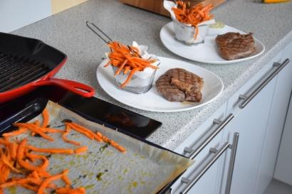 Steak mit Salat und Ofenpommes (9)