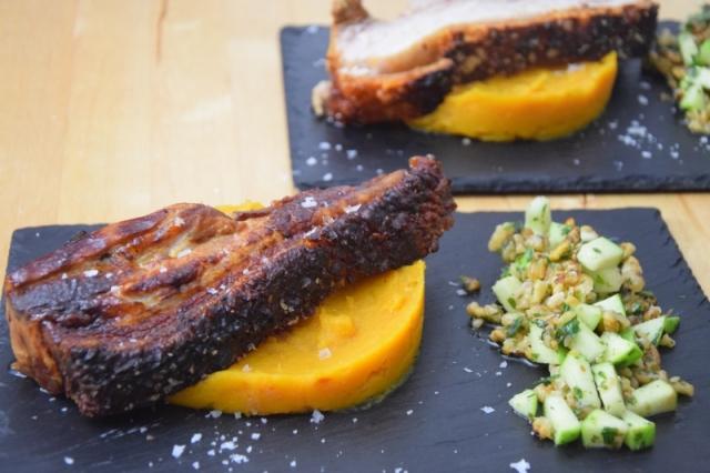 schweinebauch-mit-kurbispuree-und-apfel-walnuss-salsa-12