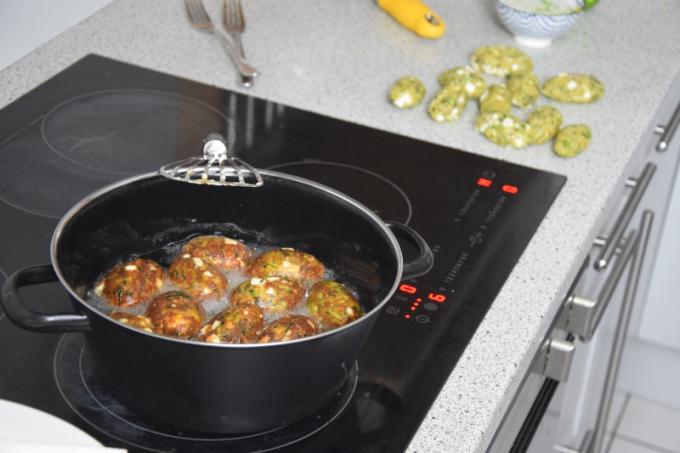 zucchini-manouri-knodel-mit-endiviensalat-4