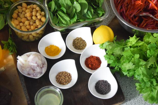 dreigangiges-menu-mit-einer-suppe-huhnerschnitzel-mit-drei-salaten-und-zwei-nachspeisen-2