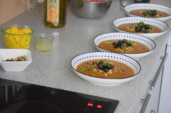 dreigangiges-menu-mit-einer-suppe-huhnerschnitzel-mit-drei-salaten-und-zwei-nachspeisen-6