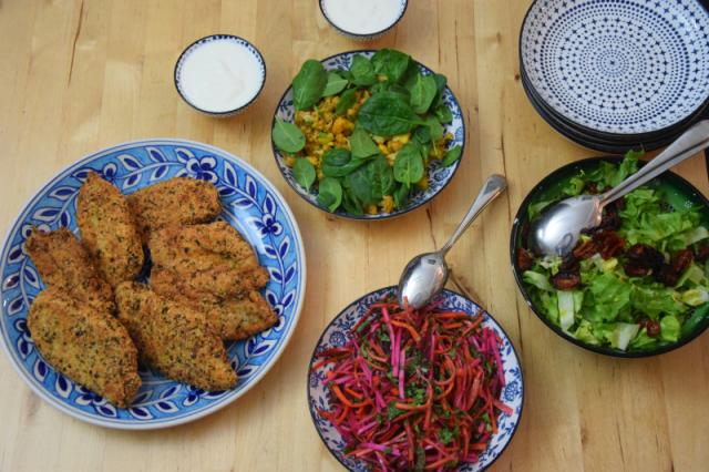 dreigangiges-menu-mit-einer-suppe-huhnerschnitzel-mit-drei-salaten-und-zwei-nachspeisen-7