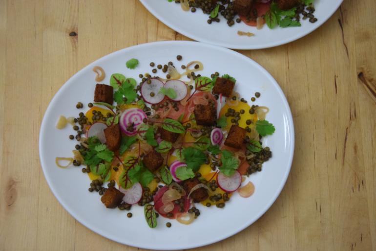 linsensalat-mit-marinierten-schalotten-und-berbere-croutons-4