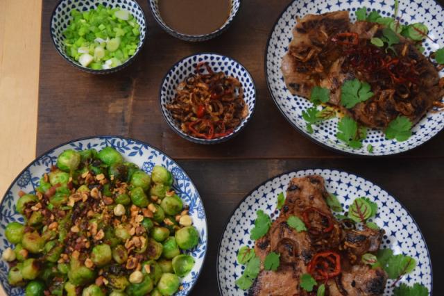 schweinskarree-mit-frittiertem-chili-und-rosenkohl-4