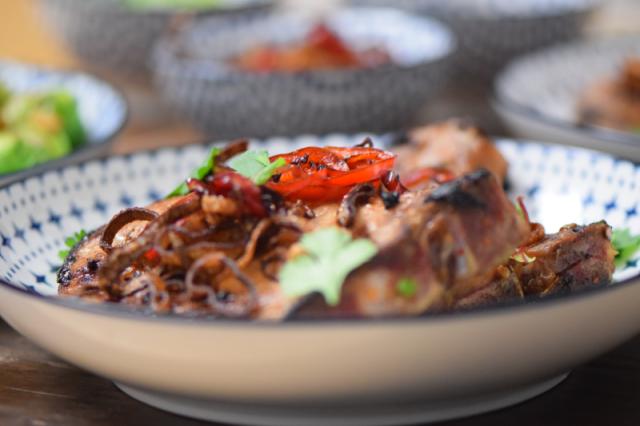 schweinskarree-mit-frittiertem-chili-und-rosenkohl-7