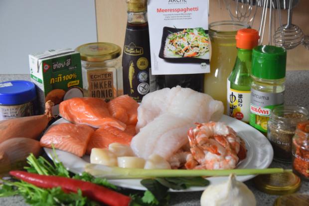 fischsuppe-mit-jakobsmuscheln-lachs-kabeljau-und-garnelen-1