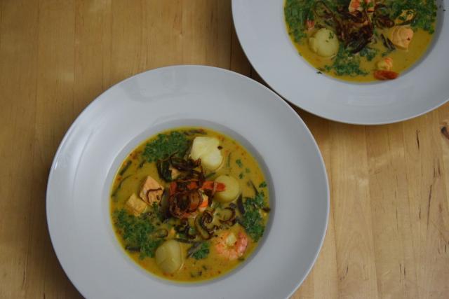 fischsuppe-mit-jakobsmuscheln-lachs-kabeljau-und-garnelen-6