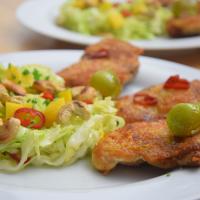 Gebratenes Hähnchen mit Mango-Spitzkohlsalat