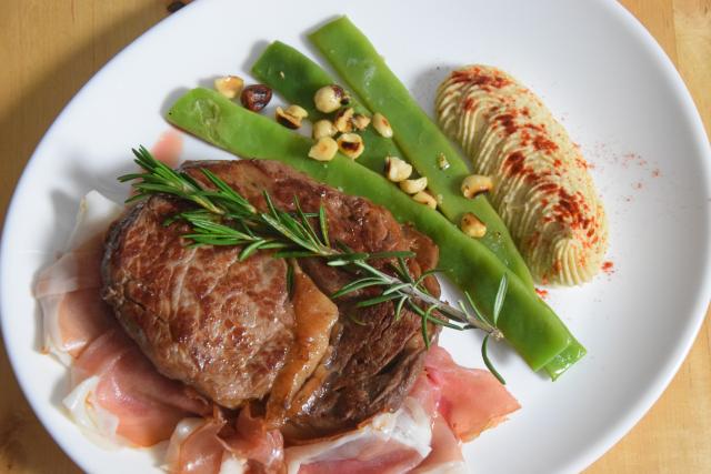 mit-speck-gefulltes-steak-selleriepuree-und-breite-bohnen-5