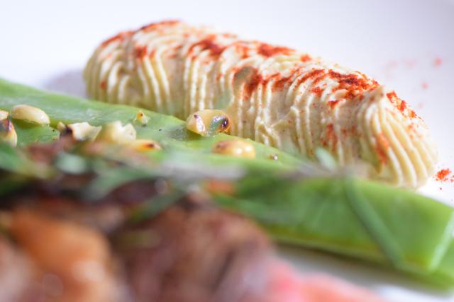 mit-speck-gefulltes-steak-selleriepuree-und-breite-bohnen-8