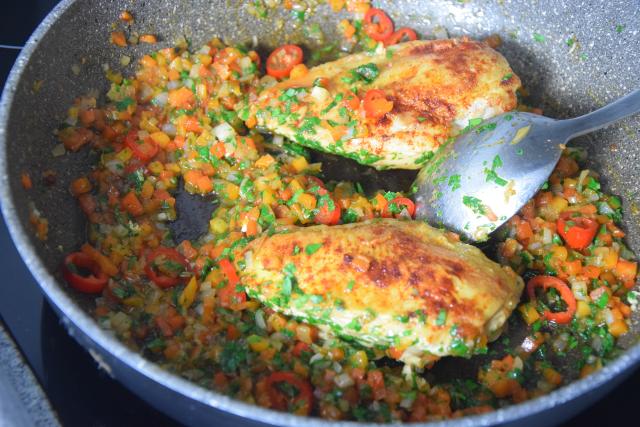 radicchiosalat-mit-beeren-hahnchen-mit-sardellen-salsa-6