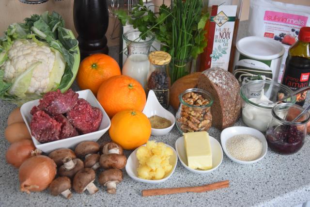 hirschfrikadellen-mit-preiselbeerschmand-und-blumenkohlsalat-1