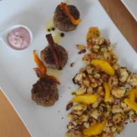 Hirschfrikadellen mit Preiselbeerschmand und Blumenkohlsalat