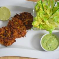 Pastinaken –Puffer mit Salat und Avocadocreme