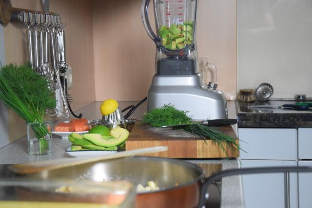 Salat mit Avocadocreme und Lachs (2).png
