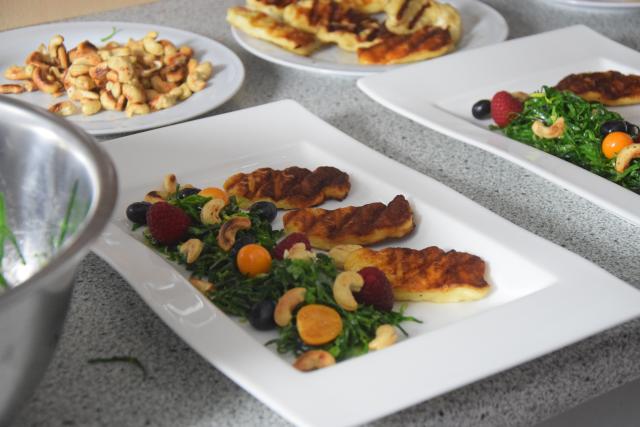 Zartbitterer Mangold-Salat mit Haloumi (4)