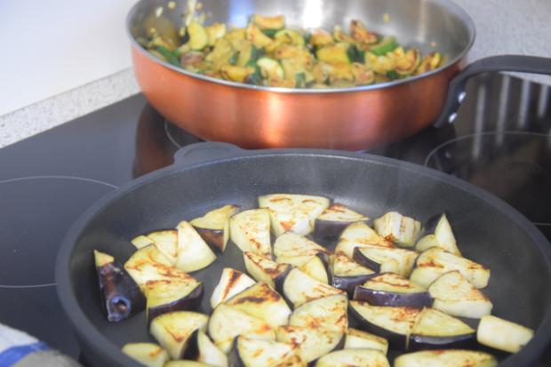 zucchini-melanzani-pfanne-mit-blumenkohlreis-und-cashew-nussen-3