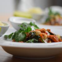 Zucchini-Melanzani-Pfanne mit Blumenkohlreis und Cashew-Nüssen