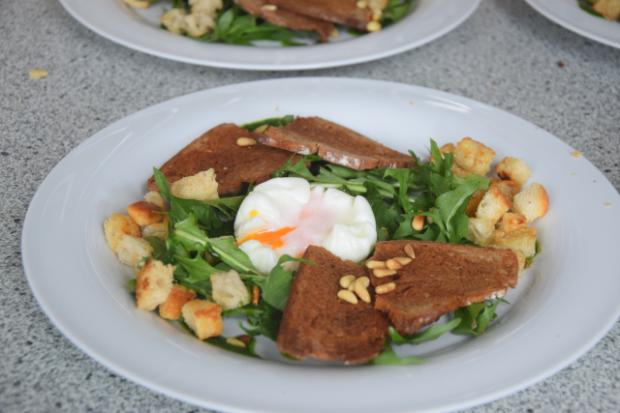 Pochiertes Ei mit Löwenzahn Lamm mit Morchelpolenta-Würfeln (11)