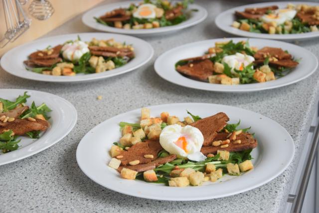 Pochiertes Ei mit Löwenzahn Lamm mit Morchelpolenta-Würfeln (9)