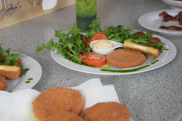 Sellerieschnitzel mit Löwenzahn-Salat (2)