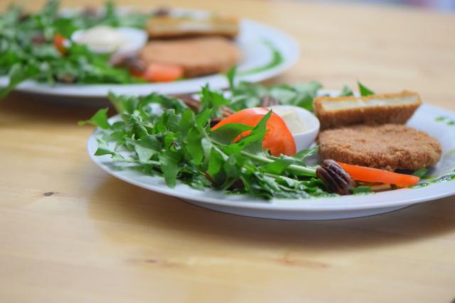 Sellerieschnitzel mit Löwenzahn-Salat (4)