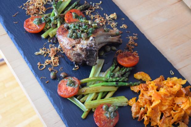 Kotelett mit Kapersauce und Gemüse der Saison (7)