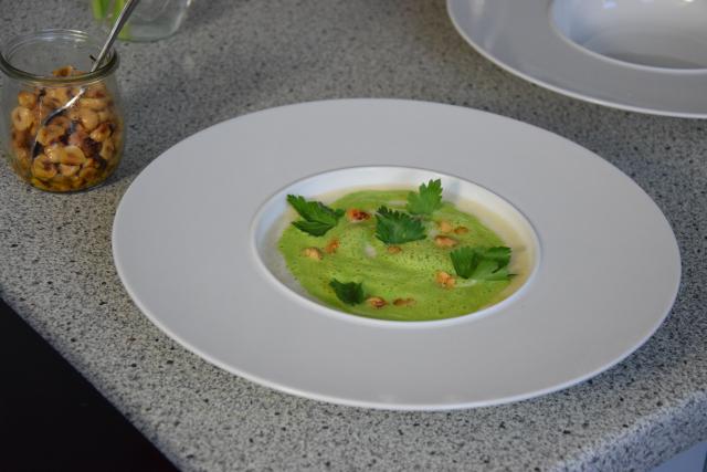 Petersilienblätter - und wurzelsuppe mit Haselnüssen (3)