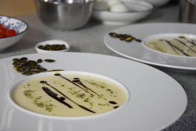 Sellerie-Birnen-Suppe mit Kürbiskernöl (1)
