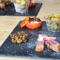 T-Bone-Steak mit Goaßkäs-Tomaten, Pfifferlingen und Sarlat-Kartoffeln