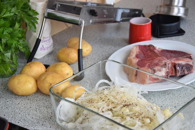 T-Bone-Steak mit Goaßkäs-Tomaten (2).png