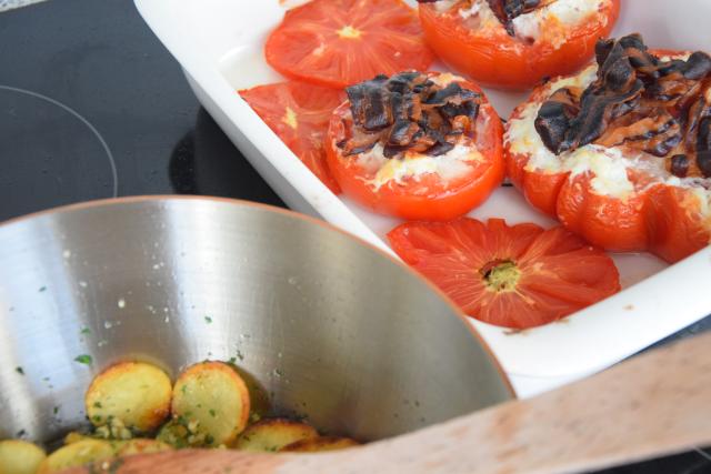 T-Bone-Steak mit Goaßkäs-Tomaten (6).png