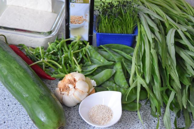 Wasserspinatsalat mit Tofu und Chili (1)
