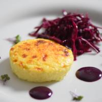 Wacholderkuchen mit Blaukraut-Pickles und Blaubeer-Senf