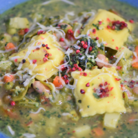 Pestosuppe mit Ravioli