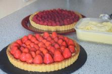 Himbeer- und Erdbeer-Topfen-Tartelette mit Vanille-Safran-Eis