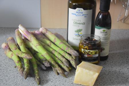 Zutaten Gebratener grüner Spargel mit Taggiasche-Oliven