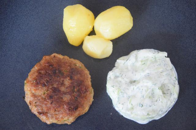 Kalbsfaschiertes mit Rahmdillgurkensalat und Erdäpfel (3)