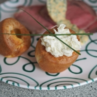 Kaltes Roastbeef mit Schnittlauchsauce, Yorkshire Pudding