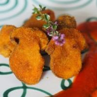 Gebackene Steinpilze mit gegrilltem Paprika und Tomaten