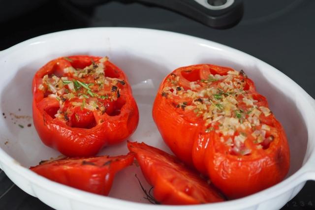 Gebratener Wolfsbarsch, Mayonnaisen mit Tomaten und Mandel