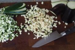 Aubergine und Zucchini in feine Würfel schneiden.