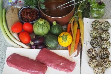Zutatenbild mit Lammrücken. Zu diesem Zeitpunkt ist alles fertig bis auf das Fleisch und das Grillgemüse.