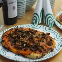 Rotkäppchen-Pizza / Schinken-Artischocken-Pizza