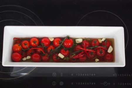 Konfierte Tomaten bevor sie ins Backrohr kommen.
