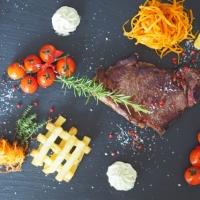 Steak mit Pommes frites und Karottenstroh