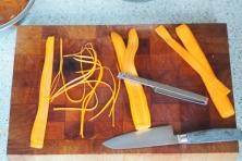 Karotten in Späne schneiden.