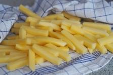 Pommes frites nach dem Wasser abtrocknen.