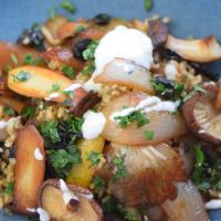 Reis-Pilz-Pfanne mit schwarzem Knoblauch